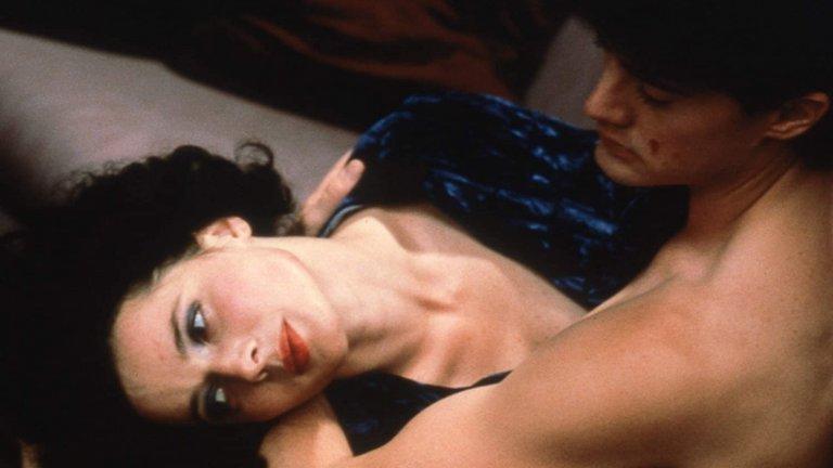 """""""Синьо кадифе"""" Няма как да говорим за секс, насилие и сексуални игри и да не включим един от корифеите в жанра – Дейвид Линч. Свързваме го предимно с Twin Peaks, където, разбира се, има секс, но не чак такъв, какъвто го гледаме в """"Синьо Кадифе"""". Психологическият трилър, който е на ръба да прекрачи границата на добрия тон, се лашка между сексуалното напрежение и останалата част от сюжета. Може би най-притеснителната сцена е тази, в която Изабела Роселини, в ролята на певица от нощен клуб, моли Кайл Макклоклан – млад, секси и все още без да е влизал в кожата на агент Купър – да я бие здраво по време на секс. Най-странното – той приема. Ако си търсите още нещо от Линч със секс, то препоръчваме и """"Диво сърце""""."""