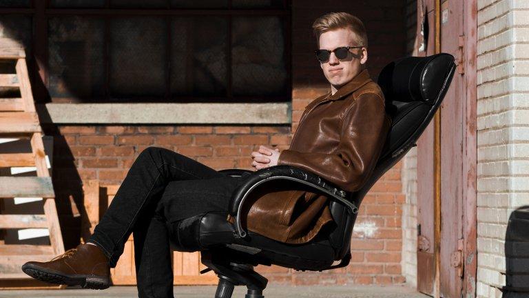 """Кожа, кожа и още кожаКожените якета винаги са на мода, но ако сте настроени на вълна експерименти - тази есен са модерни и дългите кожени палта тип """"Нео от Матрицата"""", кожените манта и шлифери, а за най-смелите са кожените панталони и джинси с такива детайли."""