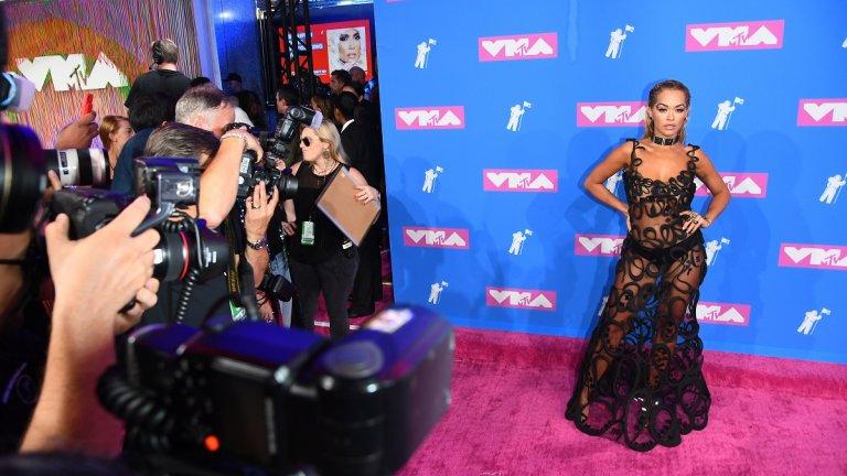 Рита Ора  Запомняща се е и черната прозираща рокля на Jean Paul Gaultier, която изпълнителната Рита Ора носеше при раздаването на музикалните награди на MTV пред 2018 г.