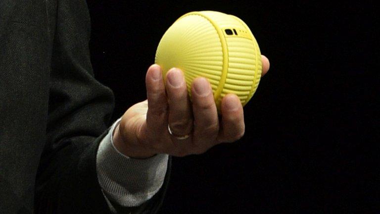 Прилича на топка на тенис, но разполага с изкуствен интелект и се предполага, че ще е полезен помощник у дома - това е Ballie на Samsung.