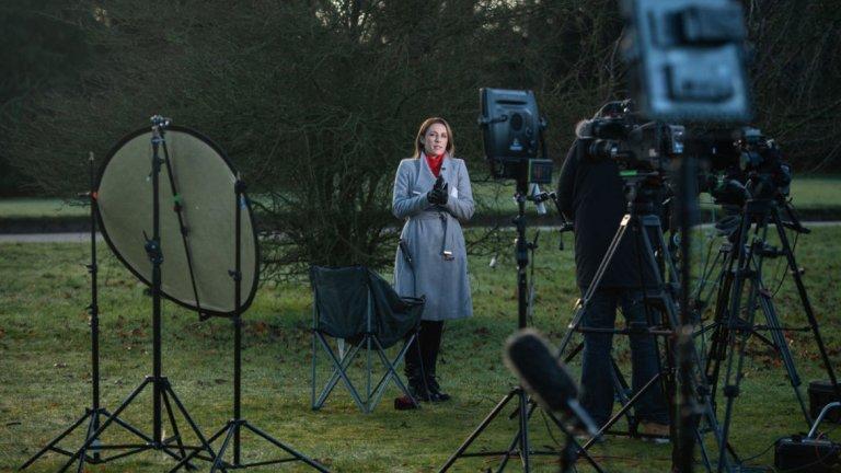 Медиите очаквано чакаха с дни и часове пред имението.