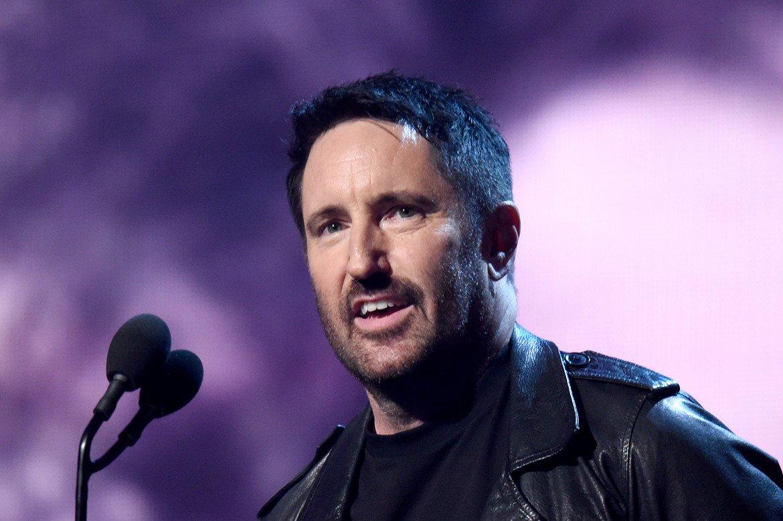 """Nine Inch Nails - Wave Goodbye Tour (2009)  Сърцераздирателното название на това турне беше потвърдено от фронтмена Трент Резнър с признанието, че """"Nine Inch Nails като пътуваща и изнасяща концерти банда... приключва"""". Обяснението му беше леко злобно: """"Не бих искал да стана като Джийн Симънс, старец, който се гримира, за да забавлява децата, като клоун, който ходи на работа... В параноята си се страхувам, че ако не спра, мога да се превърна в това"""".  Резнър обаче стана точно като Джийн Симънс, поне по отношение на фалшивите сбогувания. Nine Inch Nails се завърнаха с голямо турне из различни арени през 2013-а и продължиха концертната си активност, а последно обикаляха Америка с тяхното Cold and Black and Infinite турне през 2018-а."""