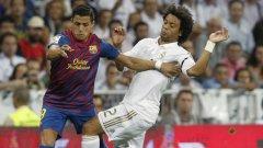 Марсело се опитва да спре новата звезда на Барселона Алексис Санчес