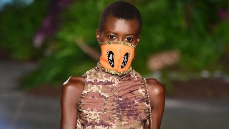 По ирония на съдбата в Милано, който сега е епицентър на заразата в Италия, видяхме още през септември дизайнерски предложения за маски.  На снимката: модел на GCDS за пролет/лято 2020