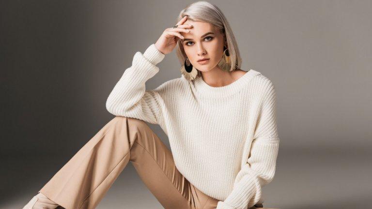 Бяло и пак бялоБяло, екрю, кремаво – трудни са за поддържане през есента, но са абсолютен писък на модата, особено с едра плетка. Дизайнерите обожават белите пуловери, защото търпят множество експерименти с брошки, шалове и други аксесоари. За вас остава още един плюс – ще се откроите от тълпата, която е облечена в сиви тонове.