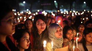 Шестима мъже в петък бяха обесени за изнасилване и убийство на млада жена през 2012 г.