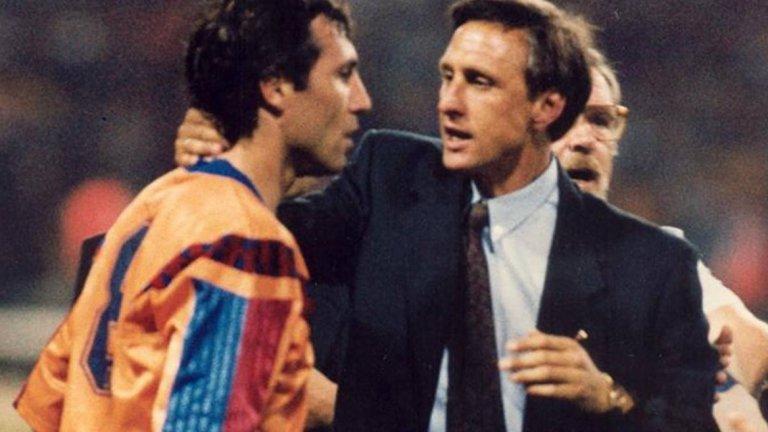 """Кройф и неговият отбор на мечтите  Когато в края на 80-те Йохан Кройф поема Барселона, каталунският клуб за пръв път успява да излезе трайно от сянката на големия си съперник Реал. Холандецът сформира наричания от всички """"отбор на мечтите"""". В него централни действащи фигури са чуждестранни звезди като Михаел Лаудруп, Ромарио и Роналд Куман, плюс един от най-добрите футболисти на Испания в лицето на Джосеп Гуардиола, Хулио Салинас, Хосе Мари Бакеро и др. А солта и пипера в играта сипва огненият българин Христо Стоичков. Барса на Кройф печели шампионската титла на Испания четири години поред, което е ненадминат рекорд в клубната история и до днес. Отборът стъпва на европейския връх през 1992 г., когато бие Сампдория с 1:0 във финала на """"Уембли"""". Краят настъпва през 1995 г., когато скандалът между Кройф и Стоичков довежда до продажбата на българина в Парма, а по-късно си тръгва и самият холандец."""