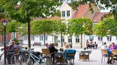 Социалната система в Дания разчита на доверието, а не на документацията. Когато датчаните са болни и не могат да посещават университет или да отидат на работа, достатъчно е просто да се обадят и да информират работодателя.