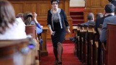 """Десислава Атанасова обяви, че е готова да си подаде оставката, ако бъде представено каквото и да е доказателство, че някога е стъпвала в споменатия жилищен комплекс. Тя определи като """"низост и елементарно поведение"""" действията на депутатите от БСП."""