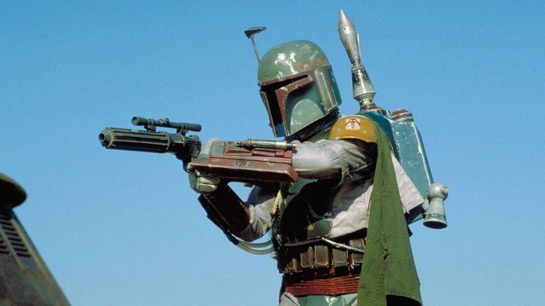 """Кого очакваме? Боба Фет!  Легендарният ловец на глави най-накрая ще се завърне на екраните, макар в """"Завръщането на джедаите"""" привидно да намери смъртта си в устата на окопания в пясък Сарлак. В старата разширена вселена на Star Wars отдавна беше потвърдено, че Боба е оцелял. Когато """"Дисни"""" закупиха Lucasfilm обаче тази вселена беше пенсионирана, а с това съдбата на Фет също стана неизвестна. Досега."""