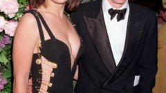"""Във Великобритания актрисата Елизабет Хърли се прочу буквално за една нощ, след като облече драматична рокля на Versace на премиера, която посети с Хю Грант. Роклята, която изглеждаше сякаш се държи само на гигантски безопасни игли, впоследствие бе запомнена като """"онази рокля"""".   Вижте още от най-добрите моменти на """"червения килим""""... И не само на """"Оскар""""-ите"""