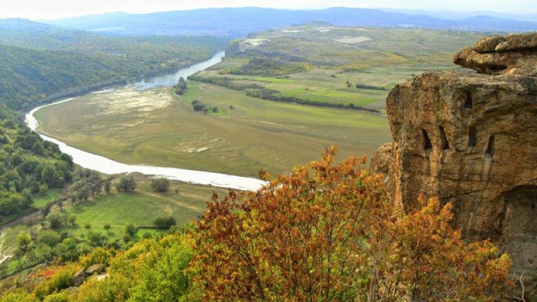 Учените предполагат, че такива скали са се използвали като некропол, а в нишите са поставяни урни с прах от починалите траки