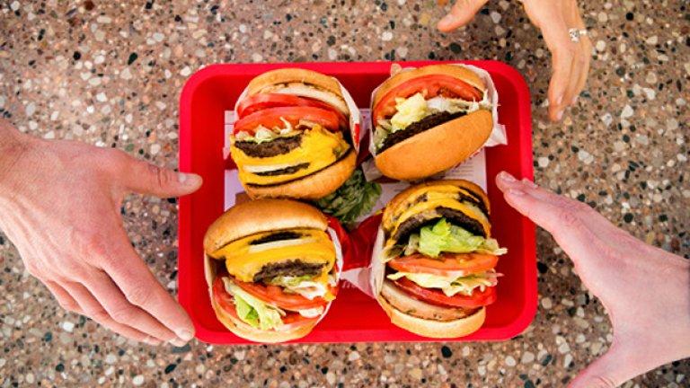 """7. Хранете се само когато сте гладни Ограничете безцелните хранения, храненията от скука и други нездравословни калории, погълнати """"между другото"""". Опитайте се да имате поне 2 основни хранения дневно, като включвате част от предложените храни в статията. Позволявайте си нездравословни избори 1-3 пъти в седмицата, за да не чувствате голямо психическо напрежение, че сте на диета."""
