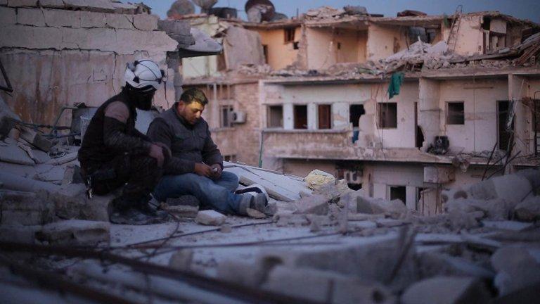 """""""Последните хора в Алепо"""" (Last Men in Aleppo)Година:2017Това е първият сирийски филм, номиниран за """"Оскар"""", а заради него екипът е спрян от властите в Сирия (режисьор е Ферас Файад) и не може да присъства на церемонията. За радост обаче той може да бъде видян днес - камерата в него гледа към епицентъра на конфликта в Сирия и по-конкретно към работата на така наречените """"бели каски"""". Това е доброволна организация от хора, които винаги пристигат първи на горещите точки при атаките и помагат на пострадалите, но логично си задават и въпроса за това има ли смисъл да останат сред руините, които наричат """"дом"""", или е време да потърсят спасение. Филмът е достъпен в Netflix и Amazon Prime."""