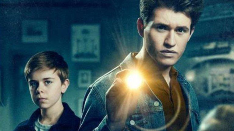 The Hardy Boys (Hulu) - 4 декември The Hardy Boys пресъздава на екран историята на двама братя - Франк на 16 години и Джо на 12 години, които след семейна трагедия са принудени да заживеят при леля си в родното градче на родителите си. За малък град нейде из Средния Запад, мястото е привидно перфектно. В един момент обаче братята Харди откриват, че баща им се е заел с разследването на трагедията, сполетяла семейството, и решават, че трябва да му помогнат. Изведнъж всички в малкия град се превръщат в заподозрени. Шоуто ще следва формулата на редица други тийн драми с криминален елемент, но с надеждата, че ще блесне с добро изпълнение. Да видим!