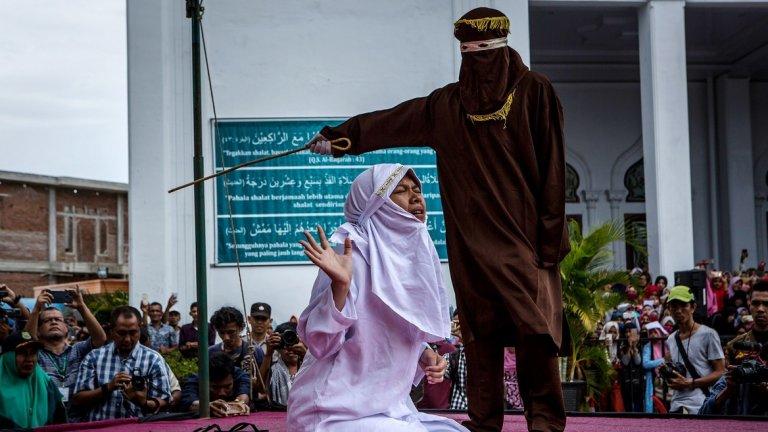 Жена бива наказана публично в Индонезия през 2017 г. заради това, че е прекарала време с мъж, който не е съпругът й.   Макар на някои места на страната религиозните норми да водят до подобни наказания, с новия наказателен кодекс и самите закони стават много по-строги.