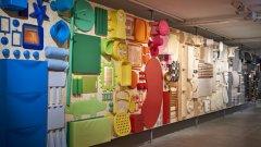 Основната експозиция в музея на ИКЕА проследява отделните епохи в развитието на бранда, който от един провинциален магазин в централна Швеция се превръща в най-голямата мебелна верига в света, променяйки представата за домашното обзавеждане на милиони хора.