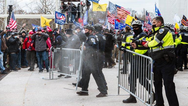 Равносметката от бунтовете във Вашингтон: 4 убити, 52 задържани, а Конгресът отново заседава