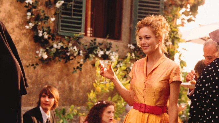 """Тоскана в """"Под небето на Тоскана""""  """"Под небето на Тоскана"""" е филм, базиран на книгата на Франсис Мейс. Историята разказва за 35-годишна писателка от Сан Франциско, чийто перфектен живот се срива тотално. Франсис си взема почивка, купува си (случайно!) вила в красивата провинция Тоскана и решава да започне начисто. Заедно с героинята попадаме под светлината на красивата италианска провинция, за да осъзнаем, че за всичко, което ни се случва, има причина. Това е типична романтична комедия, но романтиката е в премерени дози."""