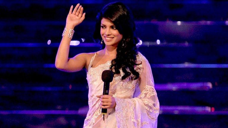 """Тя е бивша """"Мис Свят""""  Кариерата на привлекателната индийка не започва на снимачната площадка, а на подиума на конкурса """"Мис Свят"""", където попада, след като става """"Мис Индия"""". През 2000-а година Приянка отпътува за надпреварата, но няма особени амбиции или надежди, че ще успее да спечели. Признава, че винаги е уважавала индийските си корени, но смята, че те може би няма да са в нейна полза в състезанието.  Е, накрая короната се оказва на нейната глава и така Чопра става едва петата """"Мис Индия"""", която стига до такова отличие. И ако това не е достатъчно, през същата година тя става и Кралица на красотата на Азия и Океания."""