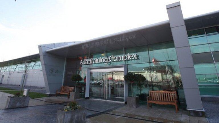 Aon Training Complex, Манчестър Юнайтед Строителството започна в края на миналия век, а отборът тренира в базата от 2000 г. През 2002 г. бе завършен напълно.