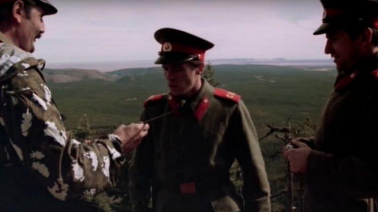 """Но най-важен е Жорж  Любопитен факт около """"Червена зора"""" е фактът, че в него участва покойният вече Жорж Ганчев. Колоритният български политик по онова време е в Щатите и работи като сценарист и продуцент, а ролята на """"Войник №1"""" намира място в кратката му филмография. Ако не ви се гледа целият филм, сцената с Ганчев може да бъде открита и в YouTube. Ще го познаете по характерния мустак."""