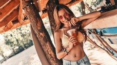 """Лек алкохолен градус за настроение и много лед за свежест в горещините - така предпочитаме летните си коктейли, когато термометърът покаже над 30 градуса.  Как да постигнем това? Ето нашите осем предложения как да постигнем истинско """"лято в чаша"""" и то бързо и лесно:"""