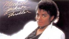 """Майкъл Джексън – Thriller (1982)  Едва ли можем да си представим каква би била днешната музика, ако не съществуваше Thriller, който промени правилата на играта откъм композиции, звучене, маркетинг модели и каквото друго се сетите. Дръзката смес от поп, рок и соул предизвика истински взрив по радиостанциите, а грандиозните клипове към албума с филмово качество обособиха огромното значение на музикалното видео - както и принудиха MTV да включи чернокожи изпълнители в своя плейлист.  И ако това не е достатъчно, остават """"подробностите"""", че седем от деветте песни в Thriller бяха издадени като сингли, а той продължава да бъде и най-продаваният албум за всички времена."""