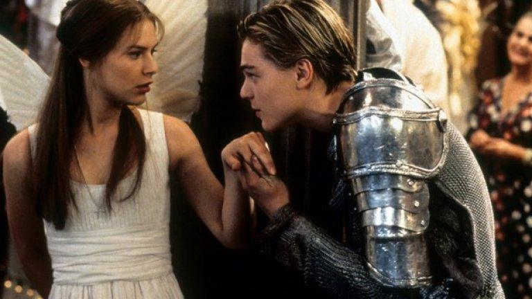 """Леонардо Ди Каприо и Клеър Дейнс в """"Ромео и Жулиета""""  В мрачната гангстерска """"Ромео и Жулиета"""" на Баз Лурман изглеждаше, че има невероятна химия между горещите, млади и гладни за изява Ди Каприо и Дейнс. Но те въобще не са се спогаждали по време на снимките. Според историята в началото Натали Портман е била избрана да изиграе Жулиета, но продуцентският екип стигнал до заключението, че така сюжетът добива направо педофилски оттенък, тъй като по това време актрисата била на 14.   Затова 16-годишната Дейнс била предпочетена да застане до 21-годишния Леонардо, но тя намирала екранния си партньор (който обичал да спогажда номера на актьорите и екипа) за твърде незрял, а той я мислел за твърде нервна и несигурна. В резултат Дейнс целенасочено го избягвала и почти не говорела с него извън кадър."""