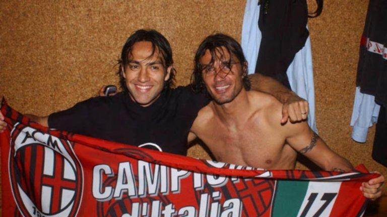 В съблекалнята на Милан винаги е имало приемственост. Младият Неста и ветеранът Малдини се радват на спечелената титла.