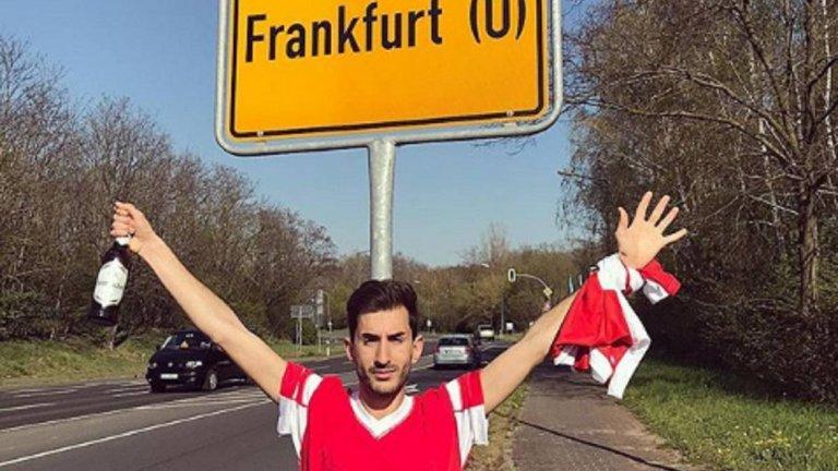 Алваро Оливейра с бира в ръка пред табелата на грешния Франкфурт