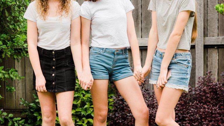 Дънкови шорти и поли   Още една деним класика, която присъства всяко лято и не ни омръзва. Късите дънкови панталони и поли са едновременно лежерни, но не твърде спортни и неглиже. С подходящата риза изглеждат по-скоро бохемски, отколкото тийнейджърски. А ако искате да изглеждате една идея по-стилно - изберете си деним шорти в бяло или черно, не стандартното тъмносиньо.