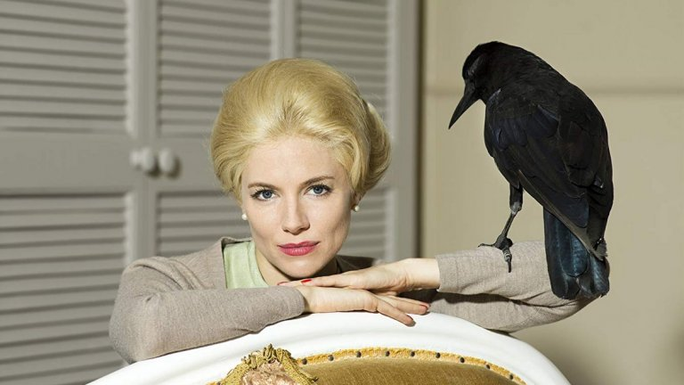 """""""Птиците"""", разбира се, е по-известният филм и по-голямата част от действието се концентрира върху него, като показва Хичкок като зъл тиранин, който измъчва до кръв буквално, младата Типи. Различни случки са описани от самата актриса в книгата й """"Типи: Мемоари"""", а по-рано и разказани в романа на Доналд Спото, на който е базиран и филма."""