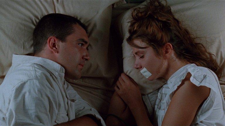 """""""Ела, завържи ме!"""" Педро Алмодовар е режисьор, който е доказал любовта си към жените и секса и обича да кара актрисите в неговите филми да не се срамуват от голотата или сексуалността си. В """"Ела, завържи ме!"""" Антонио Бандерас, млад и много секси, играе Рики – ментално нестабилен младеж, който след като излиза от психиатрията, намира порнозвезда, с която някога е правил секс. Отвлича я, и както заглавието на филма твърди, я връзва за кревата, за да прави с нея какво си поиска, с надеждата, че тя ще се влюби в него в един момент. Може да не ви звучи така, но """"Ела, завържи ме!"""" всъщност е комедия и показва смешната страна на секса (има и такава)."""