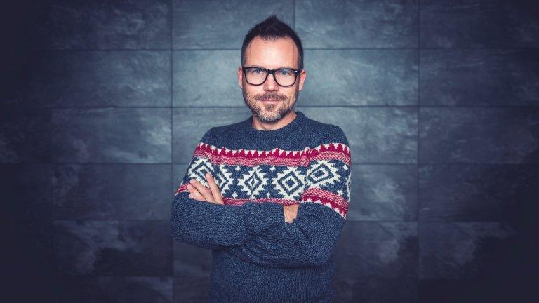 Пуловер с геометрични шаркиНедейте да се цупите на цветните пуловери с геометрични мотиви и шарки, защото всъщност са супермодерни. И, да, отново силует в размер, поне една идея по-голям от вашия, е най-добрият избор.