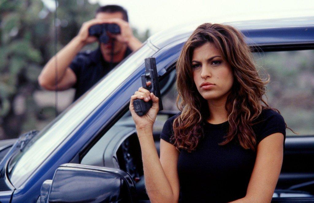 """""""Имало едно време в Мексико"""" е епичен завършек на трилогията за китариста стрелец Ел Мариачи (Антонио Бандерас), а тук имаме рядката възможност да видим Ева Мендес като злодей. Нейната героиня е агент на ЦРУ, прикрепена да следи главния герой, който е нает да убие президента на Мексико. Само че тя, подобно на повечето герой в случая, има своята """"малка"""" тайна. Със звезден актьорски състав, интересна и доволно кървава история, и участието на красавици като Ева Мендес и Салма Хайек, този филм определено е нещо, което си заслужава да гледате."""