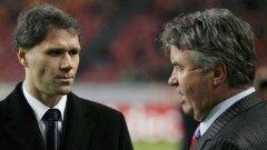 Марко ван Бастен и Гуус Хидинк са спрягани в английските медии за поста на мениджър на Челси