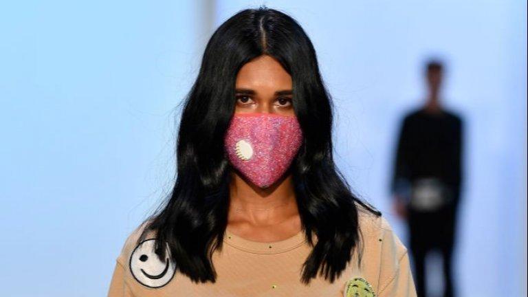 А през август миналата година, още преди да знаем пред какво ще бъде изправен светът, на Седмицата на модата в Нова Зеландия също видяхме дизайнерски предложения за маски.   На снимката: модел на Schmood by Lola
