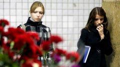 """Московчани не спираха да прииждат в днешния ден на траур на станциите """"Лубянка"""" и """"Парк на културата"""", където се случиха самоубийствените атентати"""