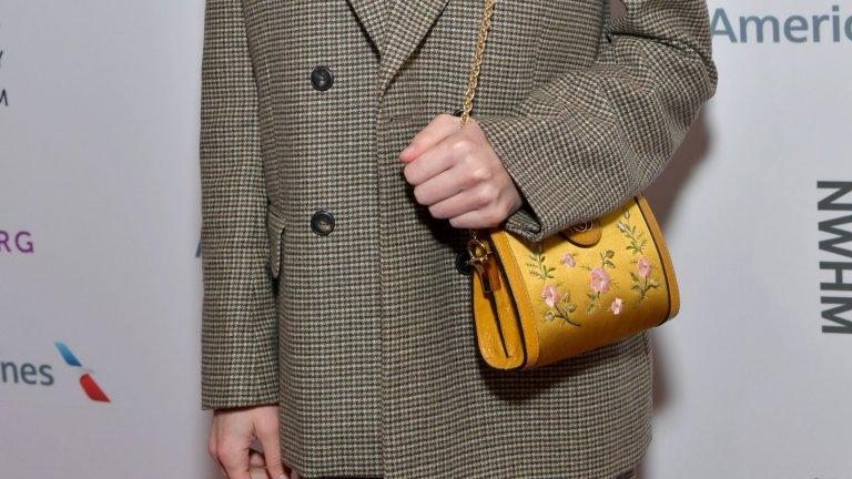 Чанта с избродирани цветя  Продължаваме на пъстра тематика с нещо, с което да носите усещането за лято дори и през есента - дамска чанта с нежни избродирани цветя. Големината ѝ зависи изцяло от вашия вкус, както и вида на бродерията. С подобен аксесоар със сигурност ще се откроите в множеството от скучни и еднотипни чанти.