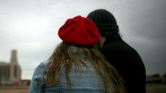 Такава снимка, качена в профила ви във Facebook, може да послужи като доказателство при развод - дори да е било невинна приятелска прегръдка
