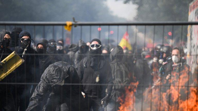 Група анархисти е започнала погром из френската столица