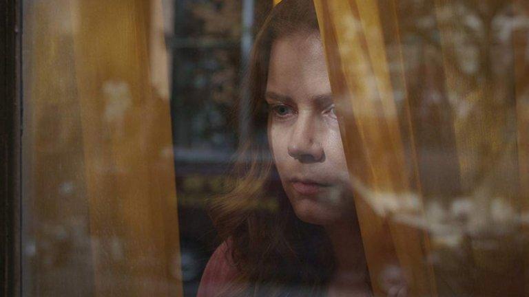 """""""Жената на прозореца"""" (The Woman in the Window) Премиера: 15 май  Психологическият трилър е с участието на Ейми Адамс, Гари Олдман, Антъни Маки и Джулиан Мур и е базиран на едноименния роман на писателя Ей Джей Фин. Разказва за детска психоложка (Адамс), която живее в Ню Йорк. Тя се сприятелява със съседка, но собственият й живот се преобръща, когато тази жена изчезва. Режисьор е Джо Райт (""""Хана"""", """"Най-тъмният час"""")."""