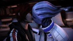 Mass Effect: заради лесбийски сцени  Още в самото начало на Mass Effect може да изберете дали вашият командир Шепард да бъде мъж или жена и немалко геймъри предпочитат да започнат своето пътешествие из галактиката с героиня. Проблемът е, че на даден етап може да изберете да имате интимни отношения с представителка на Асарите – раса, съставена от същества само от един пол, наподобяващ женския при хората. Цензурата в Сингапур не е никак доволна, че геймърът би могъл да стигне на по-късен етап от играта си до гореща сцена между главната героиня и приличащото на жена извънземно - и това довежда до забраната на Mass Effect в островната азиатска държава.