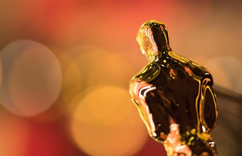 """Статуетките """"Оскар"""" практически са собственост на Филмовата академия. Поради тази причина ако някой носител на наградата поиска да я продаде или завещае, той е длъжен първо да предложи да я продаде на Академията за 1 долар. Правилото важи от 1950 г. насам - затова """"Оскарът"""" на Орсън Уелс от 1941 г. за """"Гражданинът Кейн"""" беше продаден на търг за над 800 000 долара през 2011."""