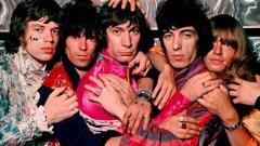 """Rolling Stones - Beggars Banquet (1968)  Предходната година рок величията са понесли доста критики за шестия си албум във Великобритания Their Satanic Majesties Request. Stones не успяват да сътворят запомнящи се песни за него и получават обвинения, че просто копират Beatles и излезлия месеци по-рано Sgt. Pepper's Lonely Hearts Club Band.  """"Разполагахме с твърде много време, прекалихме с наркотиците, нямахме продуцент, който да ни каже """"Стига толкова"""", е обяснението на фронтмена Мик Джагър за изданието, от което и самата банда е недоволна. Но какво завръщане следва само! Beggars Banquet връща Stones към техните рок корени и представлява шеметен комерсиален успех, радващ се и на страхотни отзиви от критиката. Албумът поставя началото на невероятно плодотворен 5-годишен период за Stones и още първата песен в него е вечната Sympathy for the Devil."""