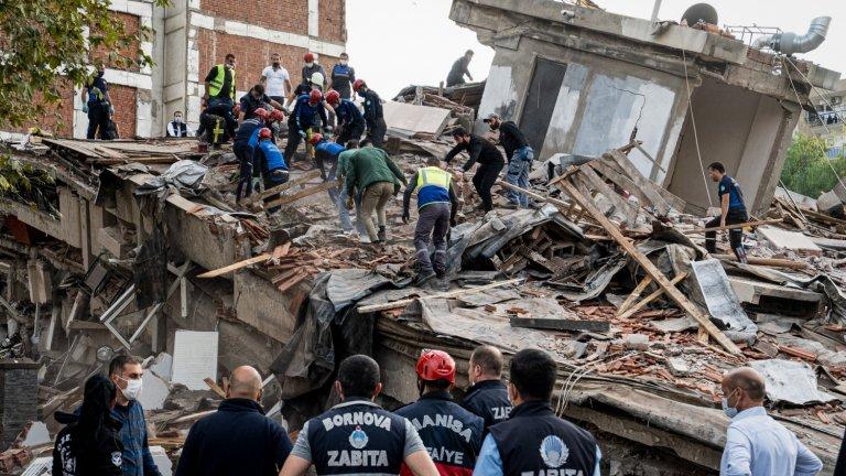 Някои сгради все още са застрашени от срутване заради нанесените им щети.