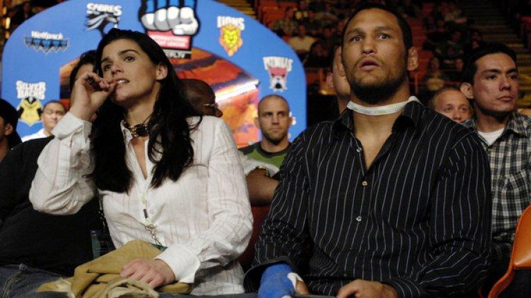 Срещу Карлос Нютън, 15 май 1998 г., UFC 17 Почти година след дебюта си в Бразилия, Хендерсън получава обаждане от UFC за друг турнир в рамките на една нощ. В онази вечер дебют в октагона направи и друг боец, впоследствие превърнал се в легенда, - Чък Лъдел. Но Хендо спечели титлата в средната категория (на килограмите, на които е полутежката в момента). Американецът победи Алън Гоеш и бъдещия уолтъруейт шампион Карлос Нютън.