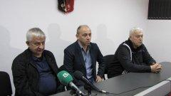 Христо Крушарски (вляво) беше бесен след загубата от Пирин, за която каза, че е знаел предварително