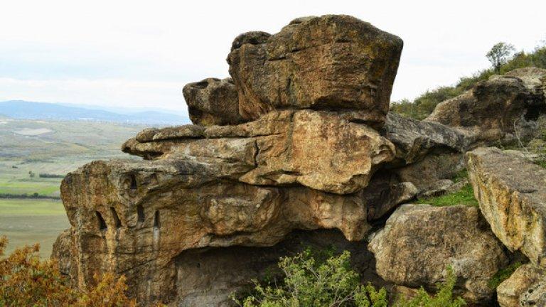 Ерозията е унищожила много от нишите, но много от тях все още могат да се видят по различни части на скалите